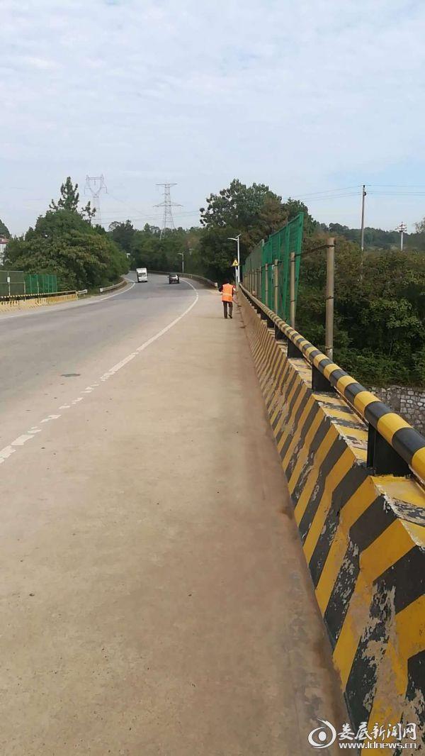 一线养护职工清扫西阳铁路桥桥面