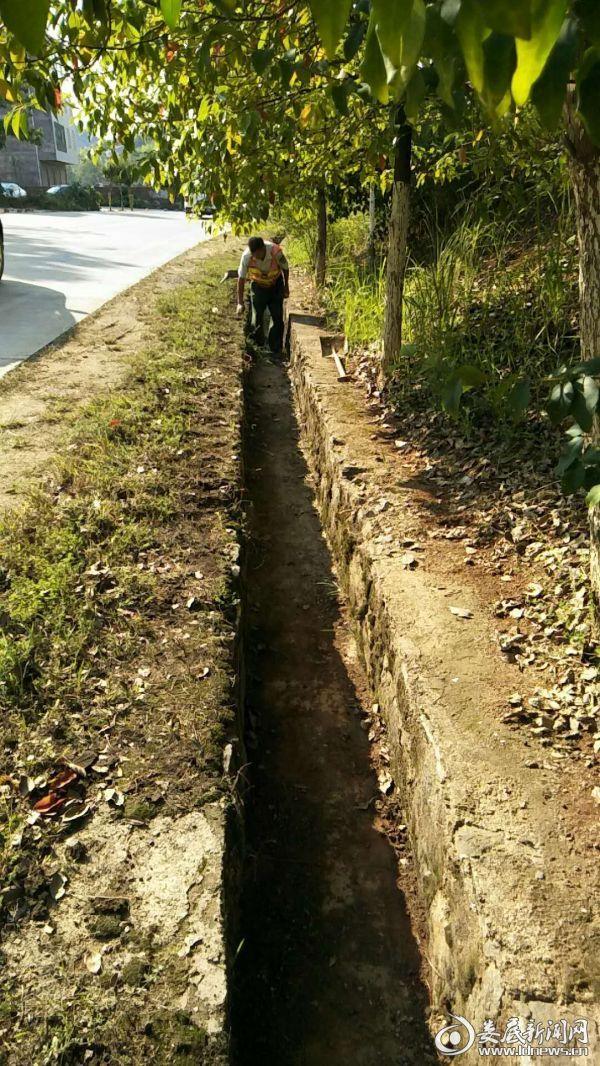 一线职工在G234线k293+100处清理水沟