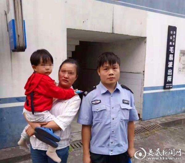 粗心妈妈逛街遗忘幼女,巡逻民警及时救助寻亲