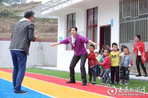 公益大使胡杏儿、朱旭东陪伴留守儿童