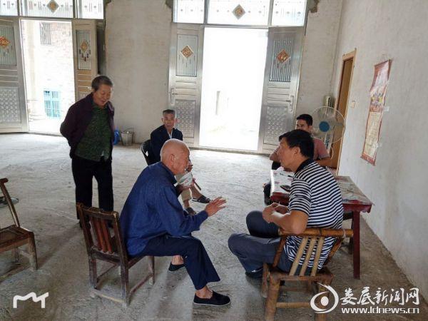 邵维国走访贫困对象了解新建住房情况