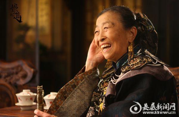 图一:张少华饰演隆老夫人