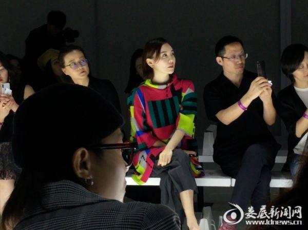 4.吕佳容现身上海时装周