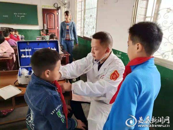 公卫办医生为学生检查身体