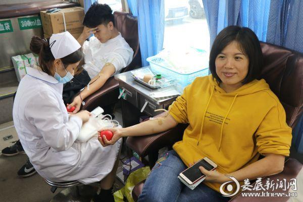 4.女党员吴惠平献血400ml