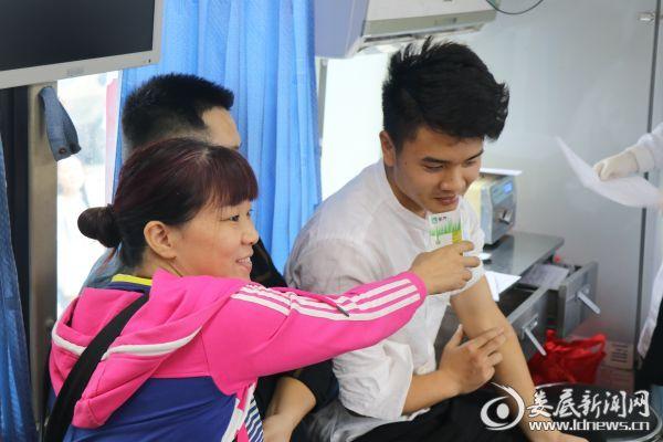 7.刘小菊老师在照顾献血后的志愿者 2