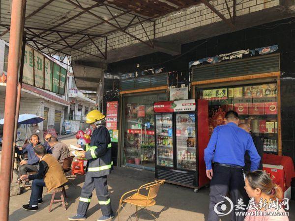 消防工作人员深入商场发放《全民消防安全宣传教育》读本并宣传消防安全知识