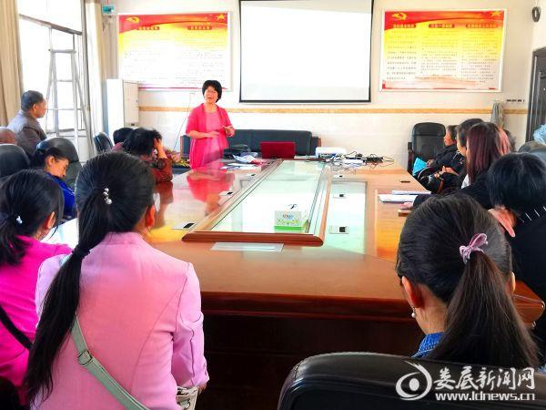 刘清莲老师给家长们上课