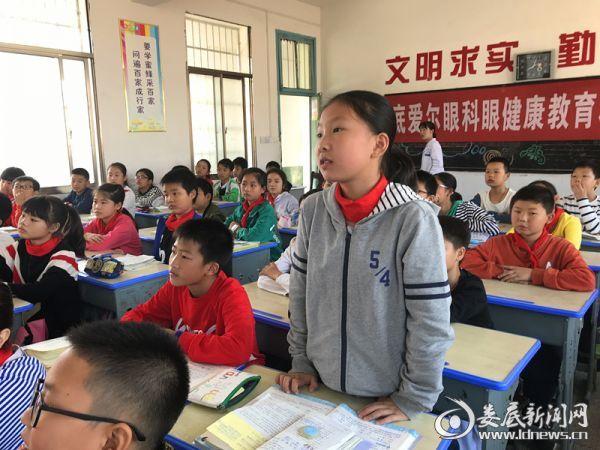 讲座现场气氛活跃 同学们积极参与互动