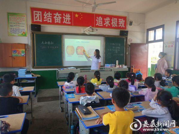 娄底爱尔眼科医院医务人员深入学校为孩子们带来近视防控知识