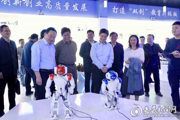 当看到青年学子研发的智能机器人等创新成果时,李荐国、杨懿文连连称赞,鼓励学生要把创新研发与生产、生活