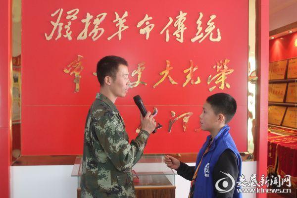 (消防指战员积极配合小记者们的采访工作)