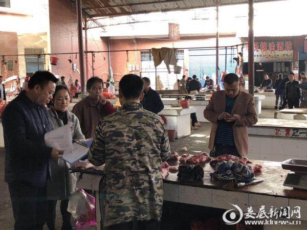 工作人员在农贸市场零售肉摊检查工作2