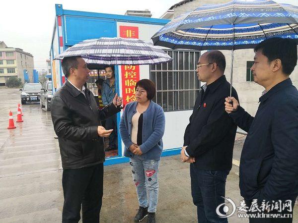 (11月7日,双峰县委副布告、县长彭石清到三塘铺镇督查非洲猪瘟防控事情。)