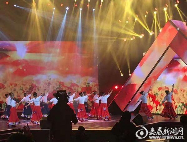 荷叶镇文艺宣传队在省舞比快乐广场舞决赛中演出