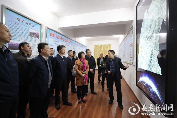 在前线指挥部,李荐国详细了解了项目整体铺排及完成等情况