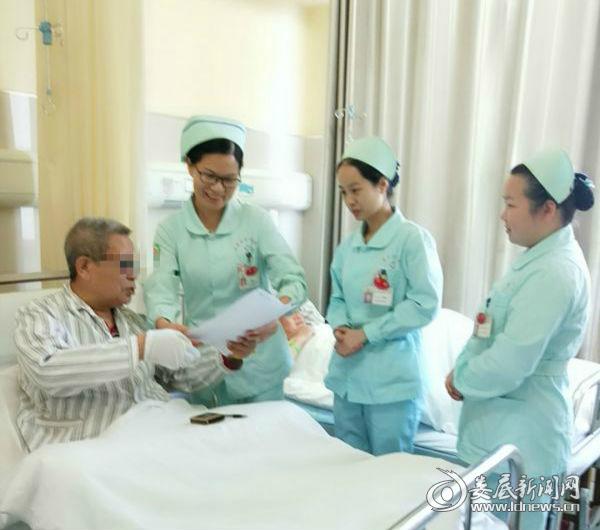 杨爷爷将感谢信交到医护人员手上_meitu_3