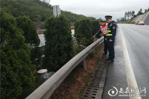 联合路政大队检查安全防护设施