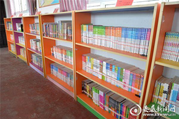双峰县是全国著名的阅读▪梦飞翔项目建设大县,阅读教育成为双峰县特色品牌。学校图书馆室建设全面推进。图为学校图书室一角。