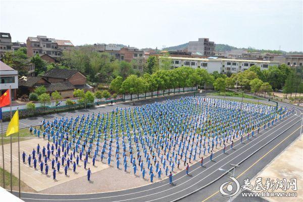 双峰县大课间活动丰富多彩。图为三塘铺镇初级中学的课间活动现场。