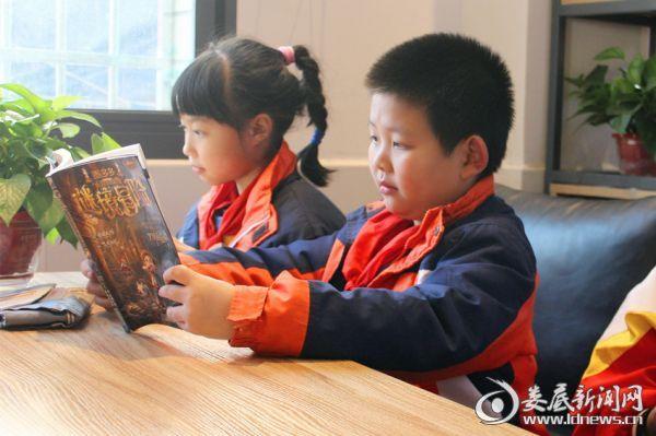 (娄底市六中改造后的校园共享书店深受学生的欢迎)