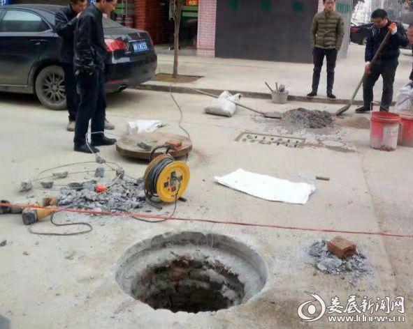 新化城管正在紧急维修窨井盖,消除安全隐患