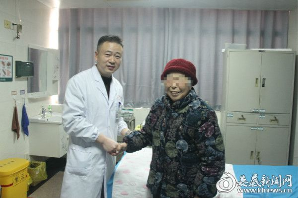 顺利结束治疗,左奶奶(右)与贺涛主任(左)合影留念