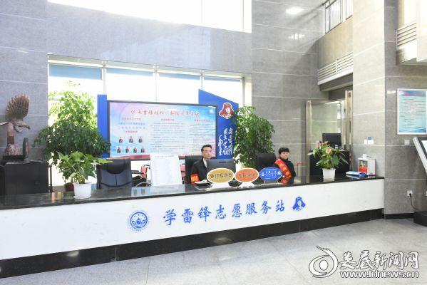 (娄底市政务服务中心在大厅建立了志愿者服务站)