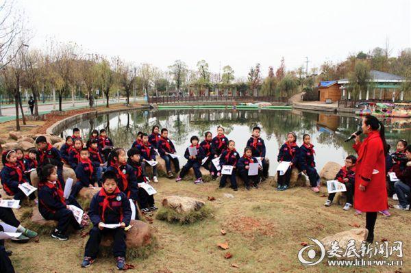 """(来自星星实验小学三年级的36名学生在语文老师李昭辉的带领下,正在孙水公园上一堂样别开生面的""""公开课"""")"""