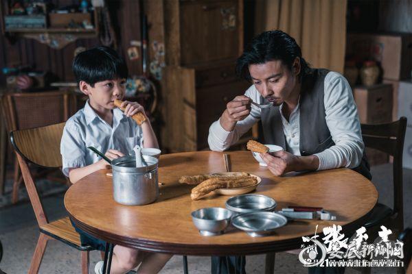 电影《叶问外传:张天志》剧照:张天志与儿子张峰的温馨时刻