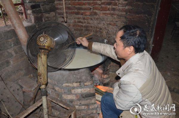 杜泽锬的爸爸在厨房繁忙着做豆腐皮