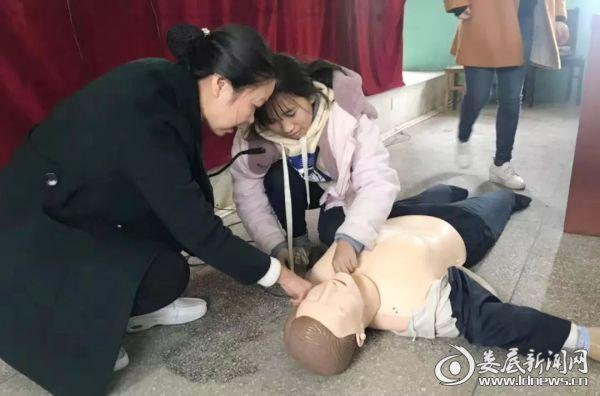 黄青现场手把手教学生们心肺复苏