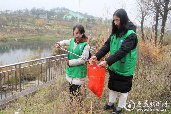 志愿者在孙水公园河提两岸捡拾废弃垃圾