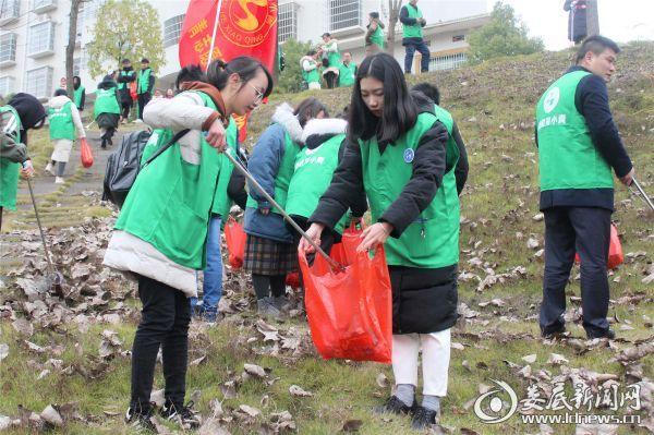 在志愿者的努力下,一处处垃圾被仔细捡拾出来,经过几个多小时的清理,孙水河周边环境变得更加清爽整洁。