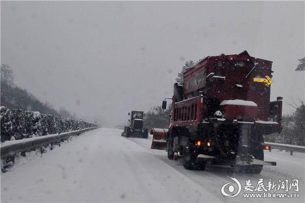 12月30日,9时50分,新溆高速娄底段正在进行机械设备清除路面积雪,先用平地机铲除路面积雪,再除雪撒布机进行作业,确保道路安全畅通。_副本