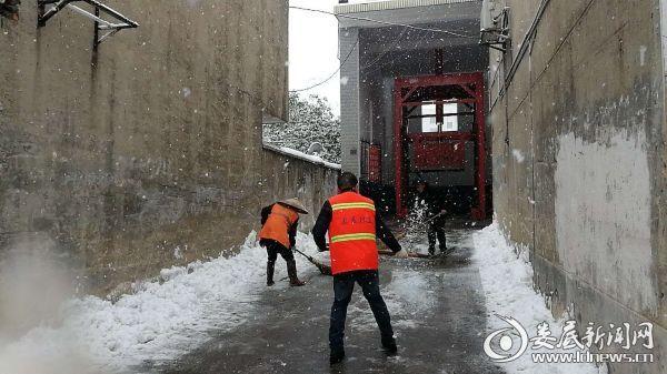 清铲废物站进口处积雪