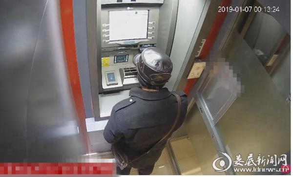 (嫌疑人正在盗刷银行卡)