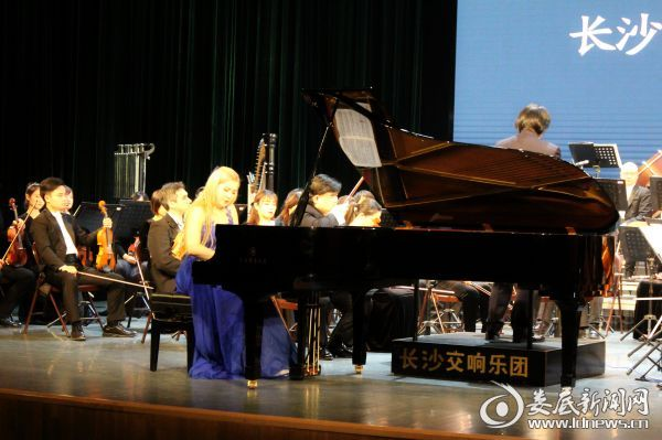 (来自乌克兰的长沙交响乐团驻团钢琴家Daria Dashutina(达丽娅·达希蒂纳)演奏俄罗斯闻名作曲家柴可夫斯基的经典之作——《第一钢琴协奏曲》第一乐章)