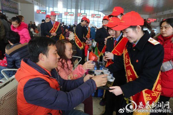 娄底火车站的千杯茶志愿队正在为旅客送上一杯暖暖的热茶