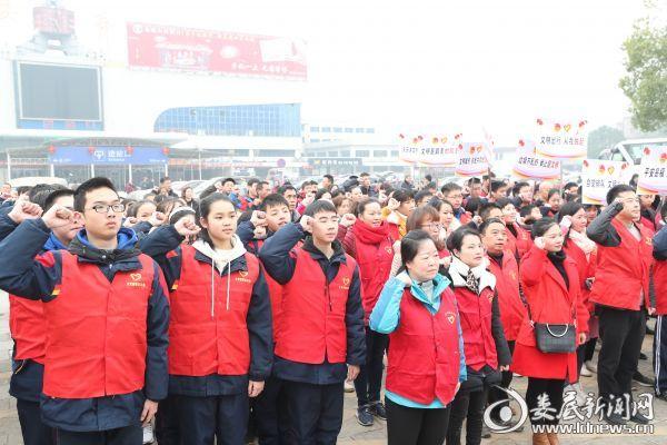 (志愿者代表集体宣誓,投入到今年春运的志愿服务队伍中)