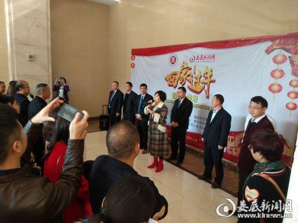 王俊凯出入境大厅办手续 步伐轻松超开心