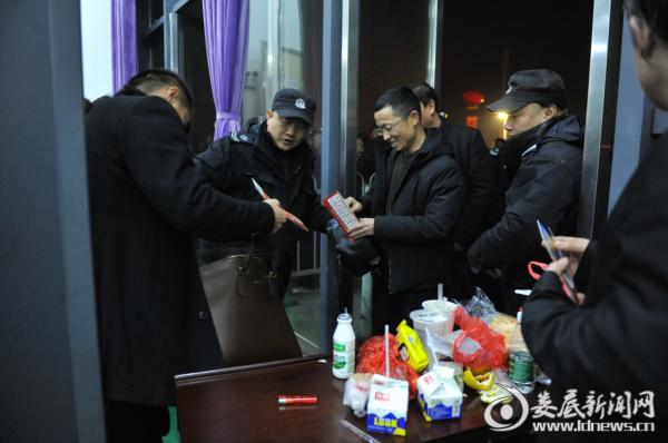 安保人员对进场的群众进行安检