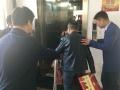 娄底市委书记为轮椅老人让电梯 改走楼梯下楼