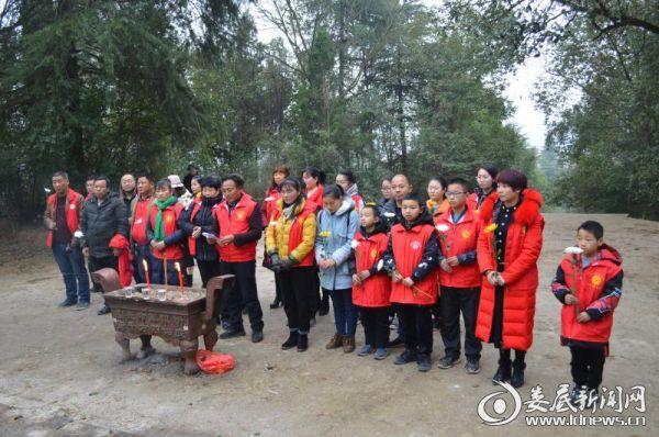 志愿者们向英烈们进行祭祀活动