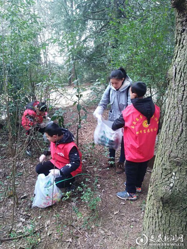 志愿者清捡垃圾