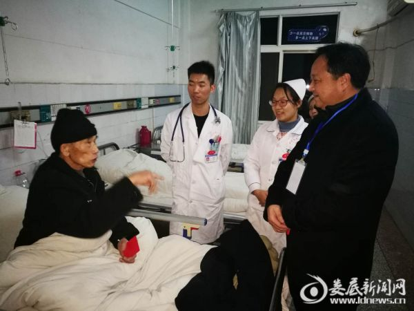 (娄底市第二人民医院党委委员、副院长刘慎远(右一)在除夕夜看望慰问住院患者)