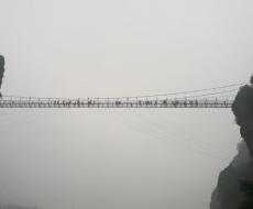 新春走基层丨大年初三降雨降温 龙山玻璃桥游客兴致不减