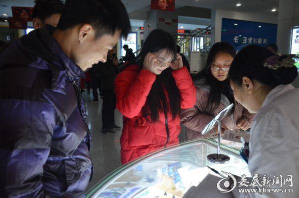 肖思宇在娄底爱尔眼科医院医学验光中心试戴眼镜