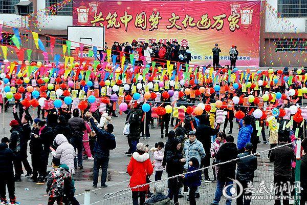 2月19日下午,冷水江市万人猜灯谜欢度元宵佳节。熊又华 摄DSC_1191