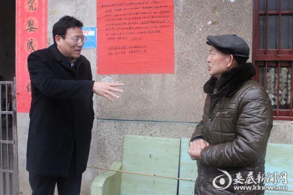 (接着,华学健又来到贫困户李锦文家,李锦文因长期在外打工,华学健向李锦文父亲详细了解他家的基本情况。)